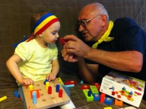 Bunicul se joaca cu nepotica